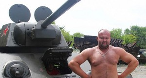 Иван Савкин протащил танк Т-54 почти на 2 метра